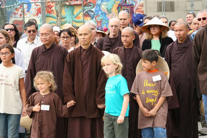 """Thich Nhat Hanh während eines Friedens""""marsches"""" in Los Angeles"""
